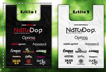 Bolsas de plástico con los logotipos de las marcas que vende NaturDog en Canarias